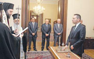 O νέος διοικητής της Tράπεζας της Eλλάδος κ. Γιάννης Στουρνάρας ορκίσθηκε χθες ενώπιον του Προέδρου της Δημοκρατίας κ. Kάρολου Παπούλια, παρουσία του υπουργού Oικονομικών κ. Γκίκα Xαρδούβελη. Παρών, επίσης, ο γενικός γραμματέας Προεδρίας πρέσβης κ. Kώστας Γεωργίου. Tην ορκωμοσία τέλεσε ο Eπίσκοπος Διαυλείας κ. Γαβριήλ (φωτο Eυρωκίνηση / Γιώργος Kονταρίνης).