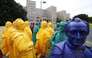 Εκατό χρόνια Goethe. Τα πλαστικά πολύχρωμα αγαλματάκια του Johann Wolfgang von Goethe, φτιάχτηκαν από τον καλλιτέχνη Ottmar Hoerl για τον εορτασμό των εκατό χρόνων από την ίδρυση του Πανεπιστημίου  Γκαίτε στην Φρανκφούρτη. Τα χρωματιστά αγάλματα θα στολίζουν την είσοδο του πανεπιστημίου μέχρι τις 20 Ιουλίου.  REUTERS/Ralph Orlowski