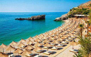 Πλαζ στη νότια ακτογραμμή της Αλβανίας. Η γειτονική χώρα περιμένει φέτος 3 εκατ. τουρίστες. ΦΩΤΟΓΡΑΦΙΕΣ: ΑΛΕΞΑΝΔΡΟΣ ΑΒΡΑΜΙΔΗΣ.