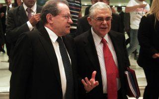 Ο καθηγητής Οικονομικών στο Πανεπιστήμιο Αθηνών Λουκάς Παπαδήμος συνομιλεί με τον Αντιπρόεδρο της ΕΚΤ Vitor Constancio