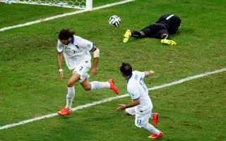 Με εύστοχο χτύπημα πέναλτι του Γιώργου Σαμαρά, ο οποίος σπεύδει να πανηγυρίσει με τον Φάνη Γκέκα, στις καθυστερήσεις του αγώνα, η Εθνική Ελλάδας νίκησε την Ακτή Ελεφαντοστού με 2-1 και κατάφερε να περάσει για πρώτη φορά στην ιστορία της στους «16» του Παγκο σμίου Κυπέλλου, καταλαμβάνοντας τη δεύτερη θέση στον όμιλό της. Την Κυριακή θα αντιμετωπίσει την Κόστα Ρίκα σε αγώνα νοκ άουτ.