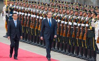 Ο Ελληνας πρωθυπουργός Αντ. Σαμαράς στην επίσκεψή του πέρυσι τον Μάιο στο Πεκίνο με τον Λι Κετσιάνγκ. Ενα χρόνο μετά, ο πρωθυπουργός της Κίνας ανταποδίδει την επίσκεψη.