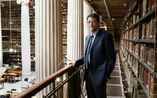 Ο Φίλιππος Τσιμπόγλου ανέλαβε την Εθνική Βιβλιοθήκη της Ελλάδος σε μια στιγμή καμπής, έχοντας να διαχειριστεί όχι μόνο τα χρονίζοντα προβλήματα της ΕΒΕ, αλλά και το ταξίδι της προς το Κέντρο Πολιτισμού, στο Φαληρικό Δέλτα.