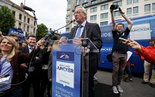 epa04217384 Luxembourgian Jean-Claude Juncker (C), top candidate of European People's Party (EPP) for the upcoming European elections addreses supporters prior to a news conference in Brussels, Belgium, 21 May 2014. The elections on 22-25 May 2014 will produce a new European Parliament, whose 751 members will help set laws in the European Union for five years to come.  EPA/OLIVIER HOSLET