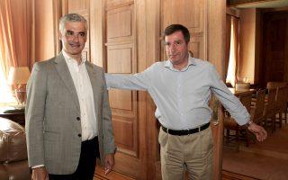Ο Αρης Σπηλιωτόπουλος δεν είναι σνομπ. Καταδέχεται να μιλά με έναν ταπεινό διαχειριστή πολυκατοικίας...