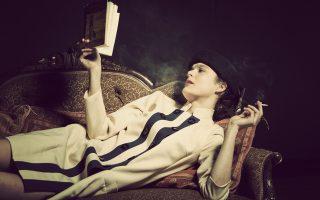 Η Αλεξάνδρα Αϊδίνη στον ρόλο της σαγηνευτικής Μαρίνας της «Μεγάλης Χίμαιρας» του Μ. Καραγάτση, σε σκηνοθεσία Δημήτρη Τάρλοου.