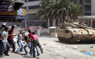 Νεαροί Παλαιστίνιοι εκσφενδονίζουν πέτρες εναντίον ισραηλινού άρματος μάχης. «Εχθρός σου είναι κάποιος την ιστορία του οποίου δεν έχεις ποτέ ακούσει», λέει μια αραβική παροιμία και ο Ισραηλινός συγγραφέας Ασάφ Γκαβρόν μοιάζει να την ενστερνίζεται στο μυθιστόρημα «Croc attack».