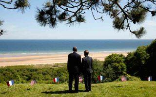 Ο Αμερικανός πρόεδρος Μπαράκ Ομπάμα με τον πρόεδρο της Γαλλίας, Φρανσουά Ολάντ, μπροστά στην ακτή Ομάχα όπου διεξήχθησαν οι φονικότερες συγκρούσεις της απόβασης στη Νορμανδία το 1944.