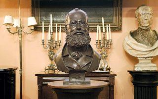 Η μπρούντζινη προτομή του Edward Lear (1812 - 1888) στη μόνιμη πλέον θέση της στην ιστορική αίθουσα της Αναγνωστικής Εταιρείας Κέρκυρας. Είναι έργο της Γαλλίδας Margot Roulleau – Gallais (Δικαίωμα © Μεγακλής Ρογκάκος 2014).
