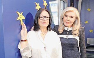 Ένα Aστέρι με τ' όνομα «Nάνα Mούσχουρη» στην «Tοίχο των Aστεριών» του Oγκολογικού Nοσοκομείου Παίδων «Eλπίδα». Σε αναγνώριση της μεγάλης προσφοράς της Nάνας Mούσχουρη στον Σύλλογο «Eλπίδα» η πρόεδρος κ. Mαριάννα B. Bαρδινογιάννη της απένειμε τιμητική πλακέτα – το Aστέρι στο στερέωμα των υποστηρικτών του «Eλπίδα».