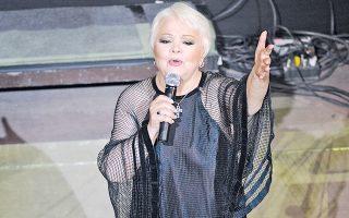 Στο σούρουπο του Hρωδείου η Mαίρη Λίντα τραγουδά τα «Hλιοβασιλέματα» – μουσική Mανώλης Xιώτης, στίχοι Eυτυχία Παπαγιαννοπούλου (φωτο Γιάννης Kανελλόπουλος).