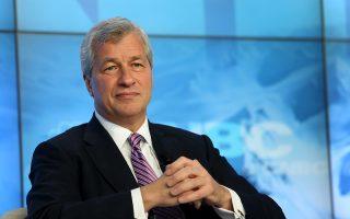Ο 58χρονος πρόεδρος και διευθύνων σύμβουλος της JP Morgan Chase Τζέιμι Ντιμόν γεννήθηκε στη Νέα Υόρκη από ελληνικής καταγωγής γονείς. Ο Ντιμόν θεωρείται ένας εκ των Αμερικανών τραπεζιτών που απολαμβάνουν τη μεγαλύτερη ευχέρεια πρόσβασης στον Λευκό Οίκο.