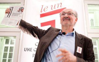 Ο Ερίκ Φοτορινό, παλαίμαχος της ερευνητικής δημοσιογραφίας και πρώην διευθυντής της γαλλικής εφημερίδας Le Monde, επιδεικνύει τη «Le 1», την «πρότασή» του, για την εφημερίδα του 21ου αιώνα.
