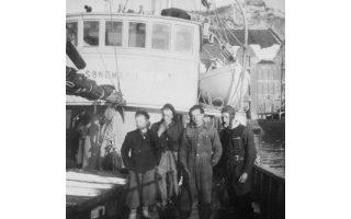 Στιγμιότυπα από την καθημερινότητα των Νορβηγών ναυτικών στις βόρειες θάλασσες και στα ανοιχτά της Γροιλανδίας, κατά τα πρώτα χρόνια μετά τη λήξη του Β΄ Παγκοσμίου Πολέμου. Οι ανέσεις για το πλήρωμα είναι ελάχιστες και οι συνθήκες αντίξοες: το μικρό πλεούμενο παγιδεύεται για μέρες ανάμεσα στα μεγάλα κομμάτια πάγου ή απειλείται από ξαφνικές καταιγίδες και κύματα, που ξεπερνούν τα 20 μέτρα.