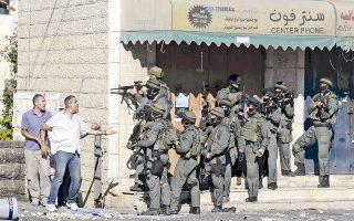 Σκηνές έντασης χθες στην Ιερουσαλήμ, όπως και σε πολλά σημεία της Δυτικής Οχθης, με Παλαιστίνιους να προσπαθούν να συνδιαλλαγούν με Ισραηλινούς συνοριοφύλακες.