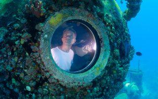 Ομορφος φαντάζει ο κόσμος κάτω από την επιφάνεια των υδάτων, μοιάζει να σκέφτεται ο Φαμπιέν Κουστό ατενίζοντας υποθαλασσίως το απέραντο γαλάζιο από το φινιστρίνι του υποθαλάσσιου εργαστηρίου Aquarius. Ο εγγονός του θρυλικού ωκεανογράφου Ζακ Ιβ Κουστό κατάφερε να σπάσει το ρεκόρ του παππού του, παραμένοντας σε υποθαλάσσιο εργαστήριο επί 31 ημέρες, ανοικτά των Φλόριντα Κιζ, μαζί με δύο συνεργάτες του.