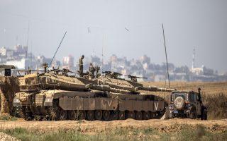 Φόβους για ένα νέο πόλεμο στη Λωρίδα της Γάζας προκάλεσε η αποστολή ισραηλινών τεθωρακισμένων και μονάδων πυροβολικού στα σύνορα του Ισραήλ με την παλαιστινιακή περιοχή.