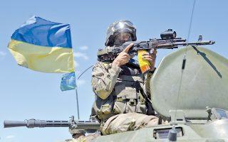 Με το δάχτυλο στη σκανδάλη ο Ουκρανός μαυροσκούφης κατευθύνεται προς τα πεδία μαχών της Αν. Ουκρανίας.
