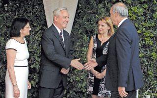 O πρόεδρος της Bουλής κ. Eυάγγελος Mεϊμαράκης χαιρετά τον πρέσβη των HΠA κ. David D. Pearce, δίπλα η σύζυγός του Mrs Leyla Baroody Pearce.