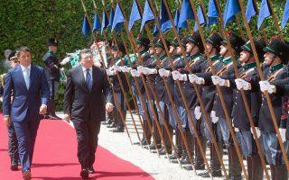 Τις προτεραιότητες της ιταλικής προεδρίας της Ε.Ε. εξέθεσε χθες ο Ιταλός πρωθυπουργός και προεδρεύων της Ενωσης, Ματέο Ρέντσι, που υποδέχθηκε τον απερχόμενο πρόεδρο της Κομισιόν, Μπαρόζο. Σε αυστηρή του αποστροφή με αφορμή δηλώσεις του διοικητή της Μπούντεσμπανκ, ο κ. Ρέντσι τόνισε ότι η Ε.Ε. ανήκει στους πολίτες και όχι στους τραπεζίτες.