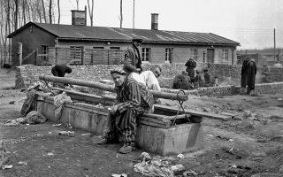 Επιζήσαντες των ναζιστικών θηριωδιών σε στρατόπεδο συγκέντρωσης τον Απρίλιο του 1945.