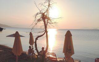 Το δειλινό από την Αιγινίτισσα - για την ακρίβεια, από το Aeginitissa Beach Bar της Ρίας και του Στέλιου, στην τόσο κοντινή όσο και εξωτική Αίγινα.