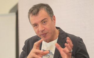 Πολιτικά ευφυής θεωρείται η ιδέα του κ. Θεοδωράκη να συγκροτήσει μια επιτροπή «χαλαρής στήριξης» του κόμματός του από προσωπικότητες.