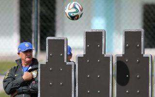 O Λουίς Φελίπε Σκολάρι παρακολουθεί τις εκτελέσεις φάουλ των παικτών του. Η Βραζιλία αναμένεται να δώσει μεγάλη βαρύτητα στις στημένες φάσεις, δεδομένου ότι ο Νεϊμάρ θα απουσιάζει.