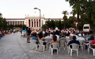 Ο εξωτερικός χώρος του Εθνικού Αρχαιολογικού Μουσείου θα ζωντανέψει τις επόμενες μέρες και μετά τη λήξη του ωραρίου λειτουργίας του Μουσείου. Εκεί, από τις 16 ώς τις 24 Ιουλίου ο Δήμος Αθηναίων διοργανώνει βραδιές μουσικής, χορού, κινηματογράφου και θεάτρου σκιών, με στόχο να αναδείξει τη συγκεκριμένη περιοχή και να μπει  στο πρόγραμμα της καθημερινής εξόδου των Αθηναίων.