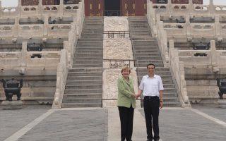 Mέρκελ και Λι χαιρετιούνται στον Ναό του Ουρανού στο Πεκίνο. Από την κινεζική πρωτεύουσα η Γερμανίδα καγκελάριος χαρακτήρισε «πολύ σοβαρή υπόθεση» τις αποκαλύψεις περί κατασκοπείας από τις ΗΠΑ.