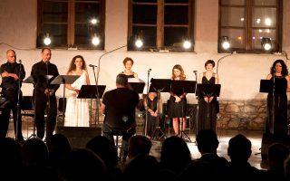 Οι καλλιτέχνες της Λυρικής επί σκηνής σε μια όμορφη βραδιά στη Σκιάθο.