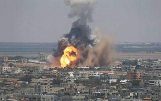 Εκρηξη έπειτα από επιδρομή ισραηλινού αεροπλάνου στην πόλη της Ράφα.
