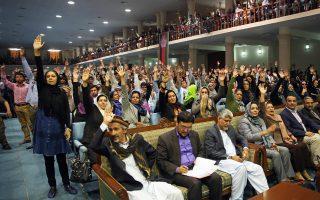 Με ανάταση του χεριού εκδηλώνουν τη στήριξή τους στον Αμπντουλάχ αυτοί οι Αφγανοί, οπαδοί του πρώην υπουργού, κατά τη διάρκεια ομιλίας του χθες στην Καμπούλ.