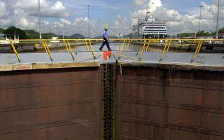 Εργαζόμενος της διώρυγας του Παναμά επιθεωρεί δεξαμενή ανύψωσης του Μιραφλόρες, την τελευταία πριν από την έξοδο προς τον Ειρηνικό Ωκεανό.