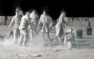 Σκηνή από την «Ελένη» του Ευριπίδη σε σκηνοθεσία Δημήτρη Καραντζά στην Επίδαυρο.