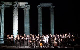 Ο αρχαιολογικός χώρος του Ολυμπιείου έγινε προχθές μία πλατφόρμα μουσικής ευφορίας και ένας τόπος μέθεξης για 2.000 Αθηναίους που ανταποκρίθηκαν στην πρόσκληση της Λυρικής Σκηνής.