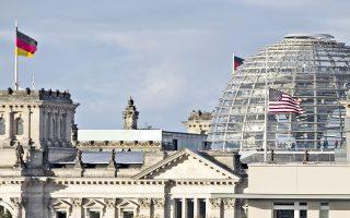 Η αμερικανική πρεσβεία μπροστά από το Ράιχσταγκ, το κτίριο του γερμανικού Κοινοβουλίου. Χθες οι γερμανικές αρχές ανακοίνωσαν ότι ερευνούν και δεύτερη υπόθεση κατασκοπείας.