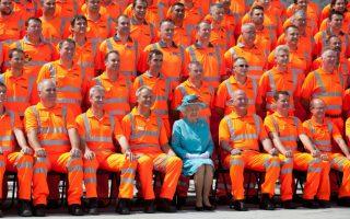Πανδαισία χρωμάτων. Τον ανακαινισμένο σιδηροδρομικό σταθμό του Reading, δυτικά του Λονδίνου, επισκέφθηκε η Βασίλισσα Ελισάβετ και δεν δίστασε να φωτογραφηθεί με τους εργαζόμενους στους οποίους ανήκει ένα μεγάλο εύγε. Είναι μάλλον οι μοναδικοί που έχουν φωτογραφηθεί με την Βασίλισσα και φορούν χρώμα πιο «χτυπητό» από εκείνη. AFP PHOTO / BEN GURR