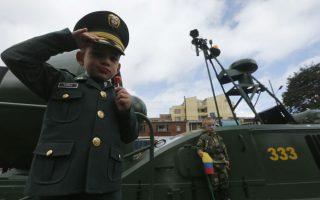 Εθνική επέτειος. Χαιρετώντας στρατιωτικά με το ένα χέρι και με το άλλο κρατώντας το γλειφιτζούρι του, ο νεαρός της φωτογραφίας μαζί με τον φίλο του, συμμετέχουν στις εκδηλώσεις για  την επέτειο ανεξαρτησίας της χώρας τους. Η Κολομβία γιορτάζει για 204η φορά την ανεξαρτησία της από την Ισπανική κυριαρχία.  REUTERS/John Vizcaino