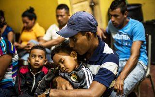 Τα ρούχα του επτάχρονου Κένεθ, που βασανίσθηκε μέχρι θανάτου, τοποθέτησαν στο κρεβάτι του οι γονείς του στο Σαν Πέδρο Σούλα της Ονδούρας.