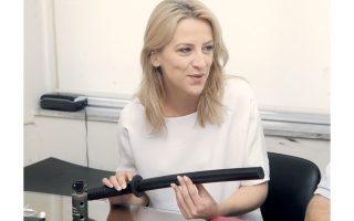 Το αστυνομικό κλομπ που της προσέφερε ως δώρο ο Θ. Μπαλασόπουλος της ΠΟΕ-ΟΤΑ έκανε βαθιά εντύπωση στην κ. Δούρου...