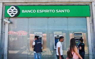 Τα οικονομικά προβλήματα της πορτογαλικής Banco Espirito Santo αναβίωσαν της ανησυχίες για την κρίση χρέους στην Ευρωζώνη και κατέδειξαν πόσο ευάλωτη είναι η παγκόσμια οικονομία. Χθες, πάντως, οι αγορές έδειξαν να ανακάμπτουν από το πορτογαλικό σοκ, καθώς όλοι έσπευσαν να καθησυχάσουν ότι δεν υπάρχει κίνδυνος αλυσιδωτών επιπτώσεων στην Ευρωζώνη.