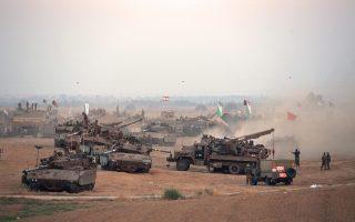 Ισραηλινοί στρατιώτες αναπαύονται στα τεθωρακισμένα τους. Η κυβέρνηση Νετανιάχου εξετάζει το ενδεχόμενο εισβολής χερσαίων δυνάμεων στη Γάζα.