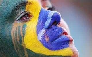 Η νεαρή Βραζιλιάνα κλαίει μετά το 7-1 από τη Γερμανία. Η μπογιά ξεβάφει πάνω στα μάγουλά της. Ευτυχώς που η Βραζιλία δεν έπαιζε με την... Αυστραλία.