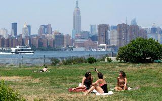 Η απόλαυση της ηλιοθεραπείας, όπως εδώ σε πάρκο του Μπρούκλιν με θέα το Μανχάταν, εγκυμονεί κινδύνους για τα νεφρά.
