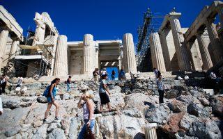 Γύρω από την  Ακρόπολη τουρίστες έχουν πληρώσει πανάκριβα φαγητό και διασκέδαση στο όνομα του Ιερού Βράχου.