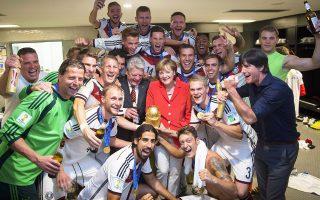 Στα αποδυτήρια της παγκόσμιας πρωταθλήτριας Γερμανίας στο στάδιο Μαρακανά του Ρίο ντε Τζανέιρο βρέθηκαν μετά την απονομή ο πρόεδρος Γιόακιμ Γκάουκ και η καγκελάριος Αγκελα Μέρκελ, με τα χαμόγελα και την μπίρα να περισσεύουν.