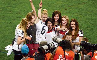 Με τον αέρα της νίκης και την άδεια της FIFA μπήκαν στο γήπεδο και φωτογραφήθηκαν οι γυναίκες και οι φίλες των πρωταθλητών του κόσμου.