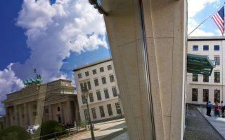 Η αστερόεσσα στην αμερικανική πρεσβεία στο Βερολίνο. Το σκάνδαλο κατασκοπείας έχει διαταράξει τις σχέσεις ΗΠΑ - Γερμανίας.