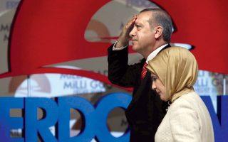 Ο Ταγίπ Ερντογάν και η σύζυγός του, Εμινέ, χαιρετίζουν οπαδούς του κυβερνώντος κόμματος σε εκδήλωση ενόψει των προεδρικών εκλογών.